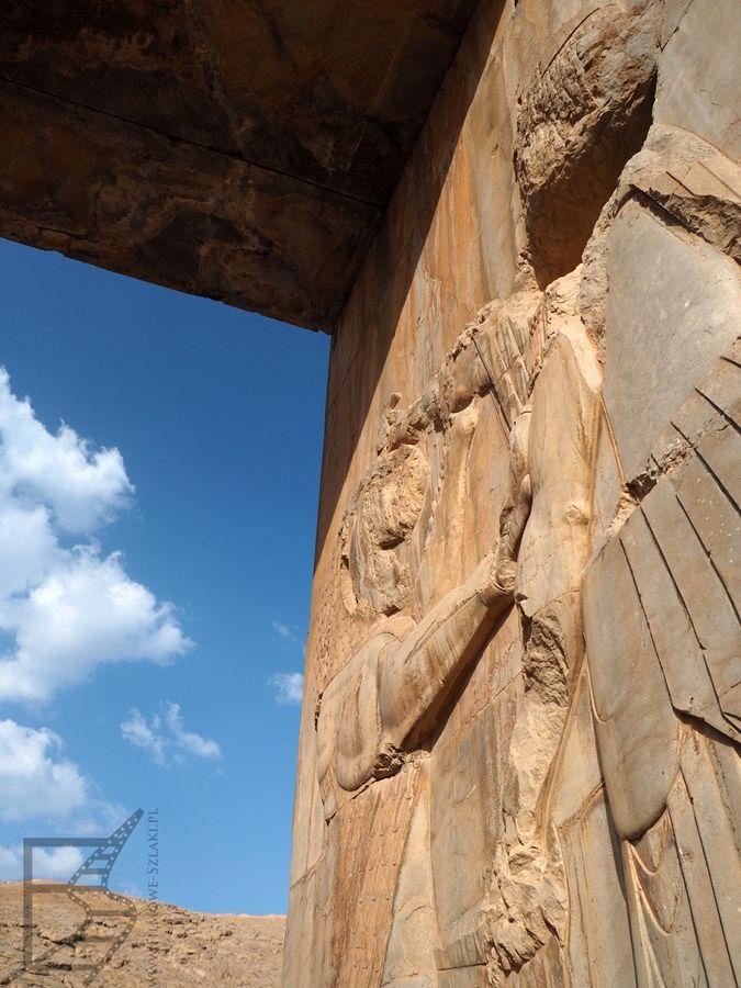 Rzeźbienia przy bramie