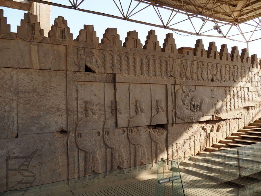 Reliefy w dawnym pałacu
