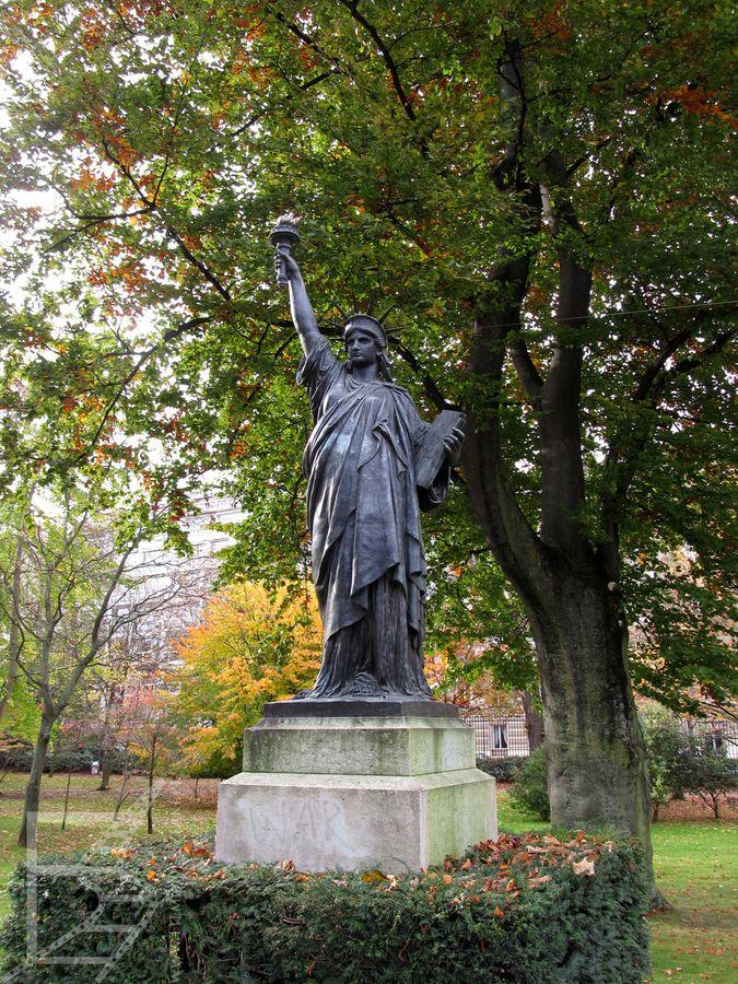 Statua Wolności w Parku Luksemburskim