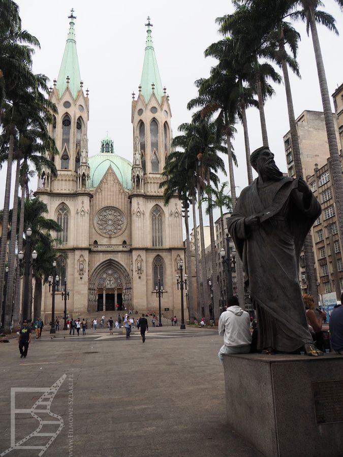 Plac i widok na katedrę
