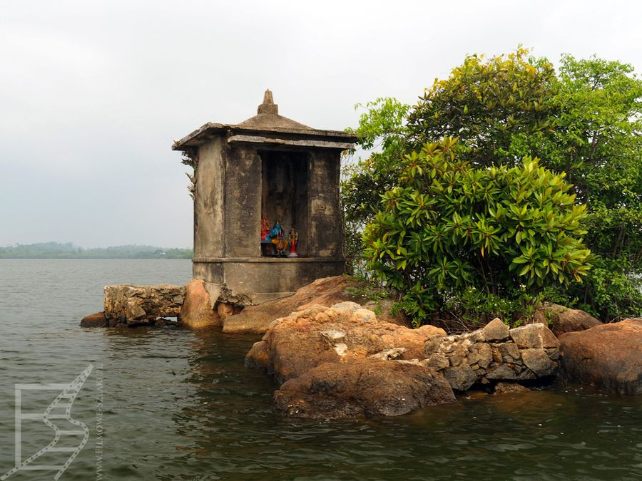 Kapliczka na jeziorze