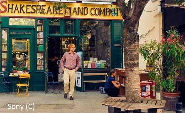 """""""O północy w Paryżu"""" to wręcz gotowy przewodnik filmowy po mieście. Na zdjęciu wraz ze słynną kawiarnią – księgarnią."""