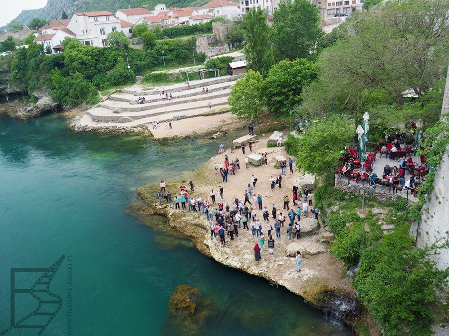 Neretwa, rzeka przepływająca przez Mostar i tłumy oglądające Stary Most z dołu