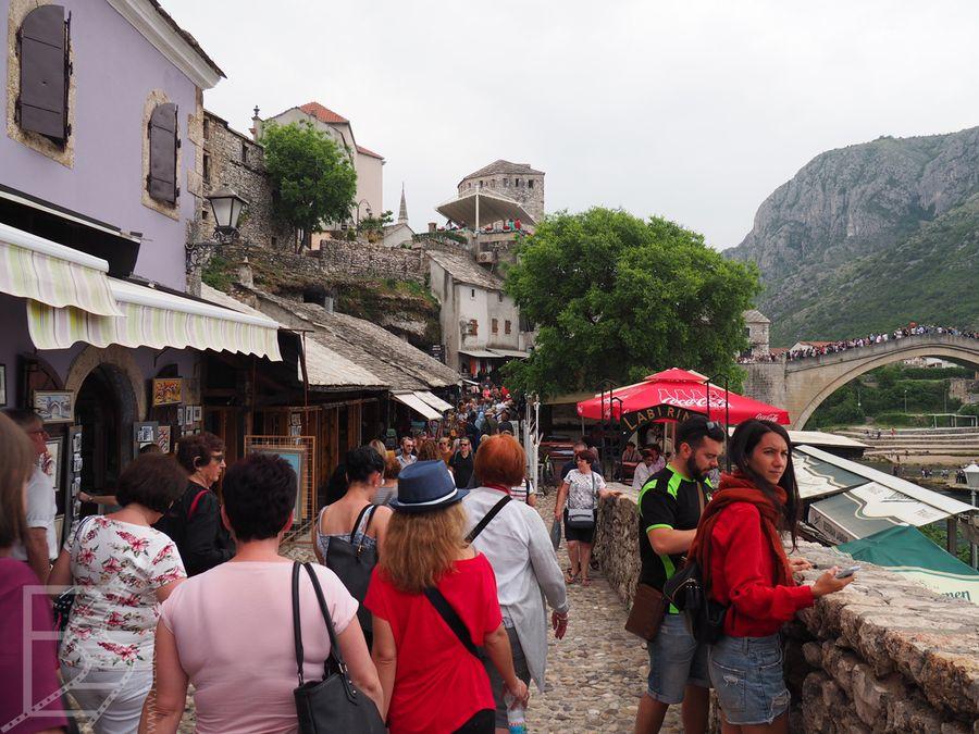 Mostar latem bywa tłumny