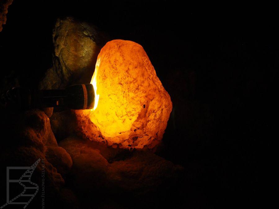 Kamień podświetlony przez przewodnika