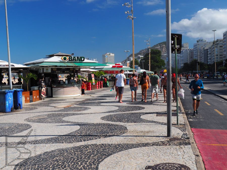 Promenada Copacabana z charakterystycznymi falkami