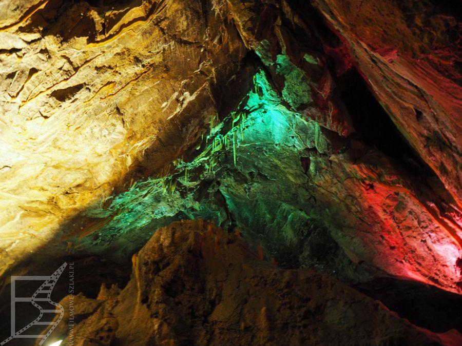 Kolorowe oświetlenie jaskini Ali Sadr (Iran)