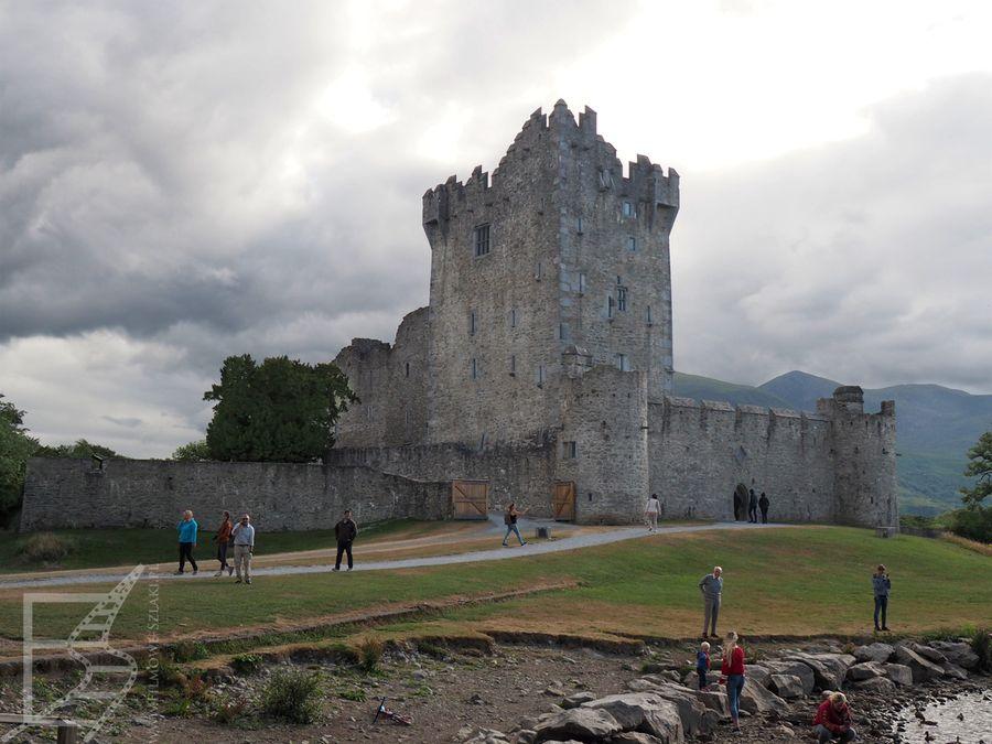 Zamek Ross położony jest tuż nad brzegiem jeziora