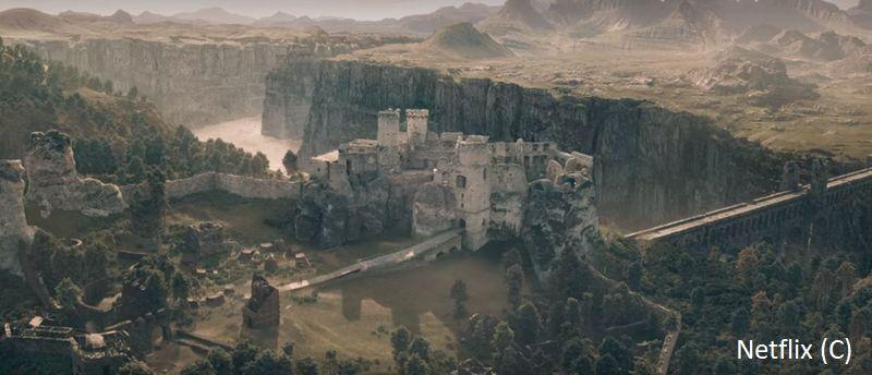 """Zamek Ogrodzieniec w """"Wiedźminie"""" widziany z góry. Plus oczywiście grafika komputerowa."""