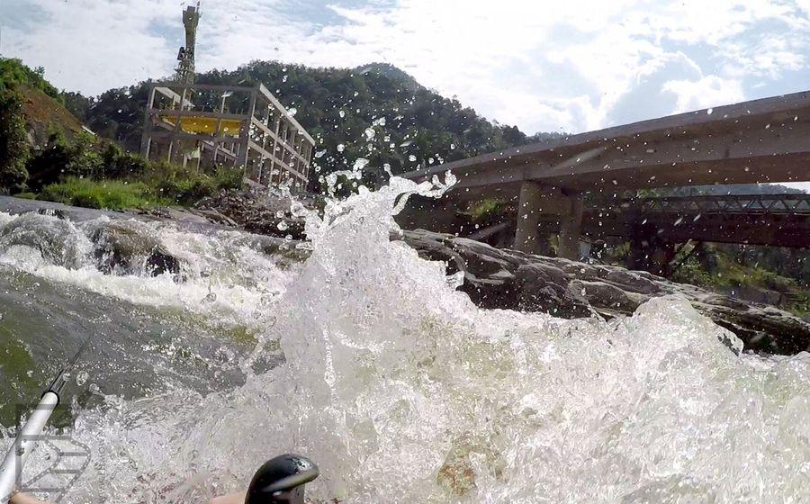 Przepływanie pod nowym mostem (Kitulgala)
