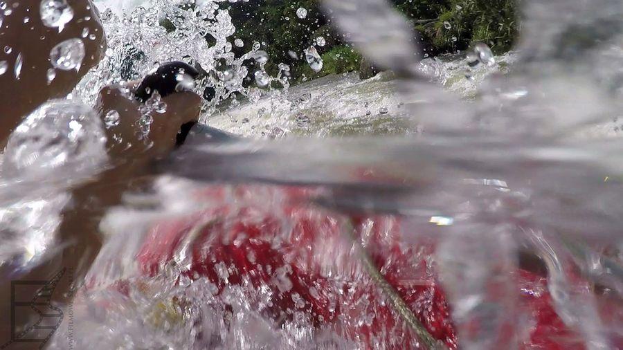 Rafting na rzece Kelani bywa ekscytujący i mokry