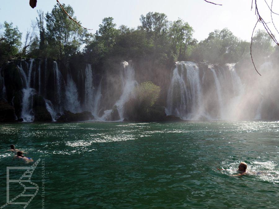 Ludzie pływający przy wodospadzie Kravica