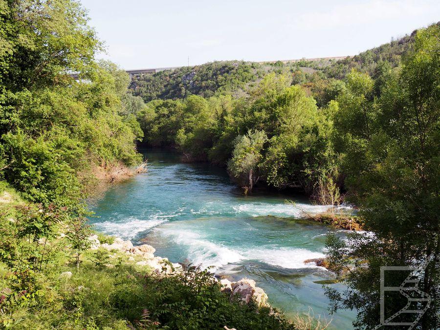 W okolicy znajduje się mała wodospad Kravica, a także pola i rzeka
