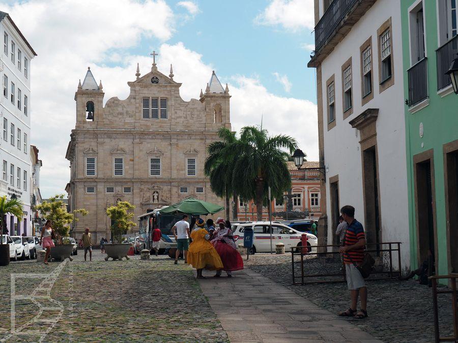 Katedra w Salvadorze i kobiety w tradycyjnych strojach