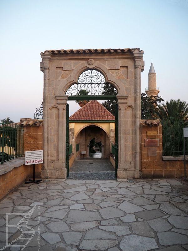 Wejście do meczetu Hala Sultan Tekke