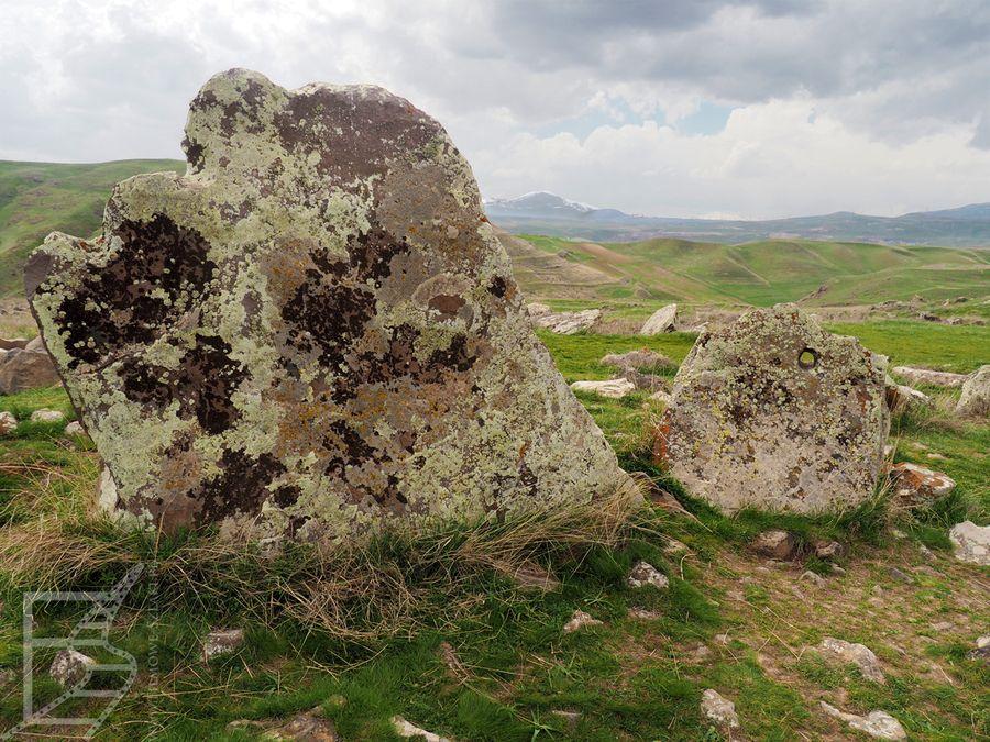 Kamienie w Zorac Karer. Warto zwrócić uwagę na dziurki, których używano przy transportowaniu.