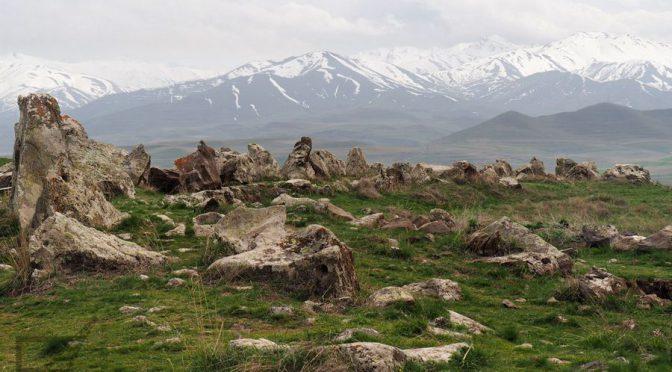 Zorac Karer (Carahunge), kamienny krąg i wodospad Szaki