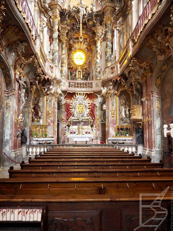 Bogate, barokowe wnętrze kościoła św. Jana Nepomucena
