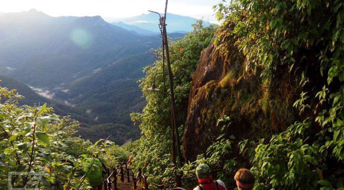 Szczyt Adama (Adam's Peak), wschód słońca na świętej górze Sri Lanki
