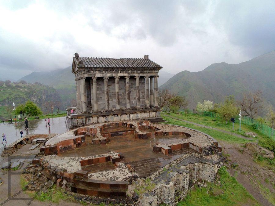 Klasyczna świątynia w Garni i ruiny bazyliki