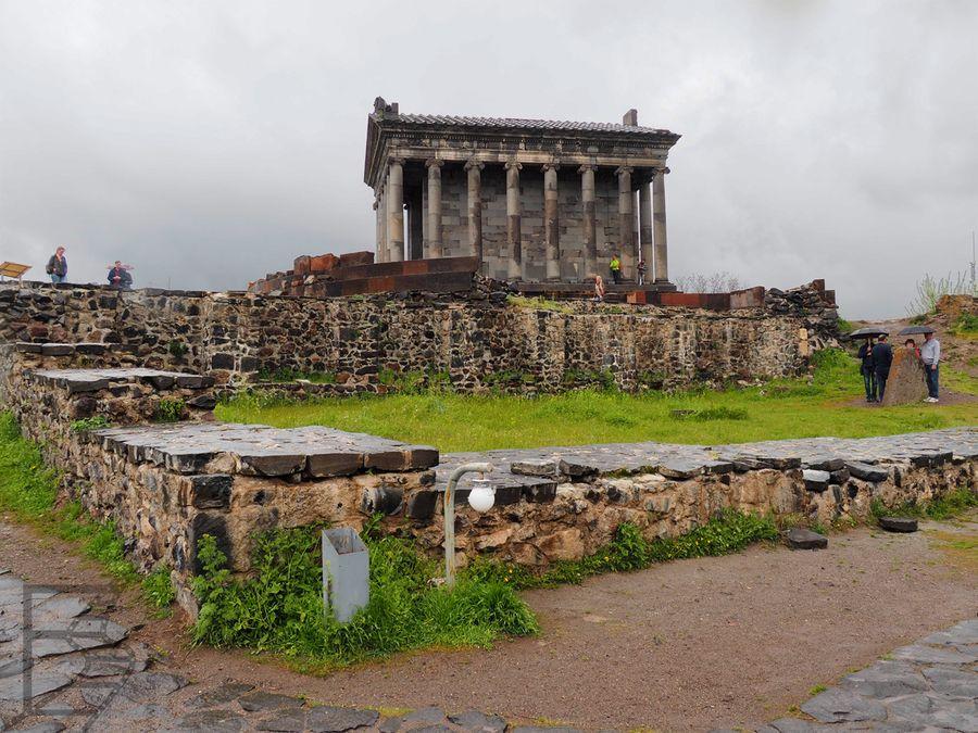 Świątynia widziana z ruin bazyliki
