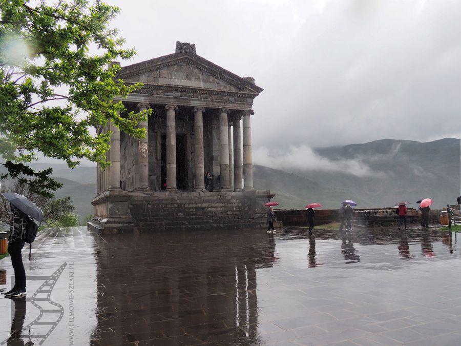 Świątynia i dziedziniec w deszczu
