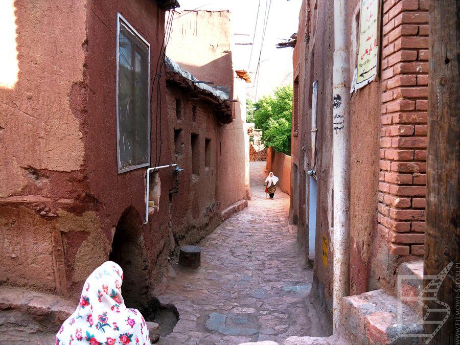 Drugim charakterystycznym elementem Abjane są kolorwe chusty tutejszych kobiet. Wzór jest właściwie ten sam, biały w kwiatki.