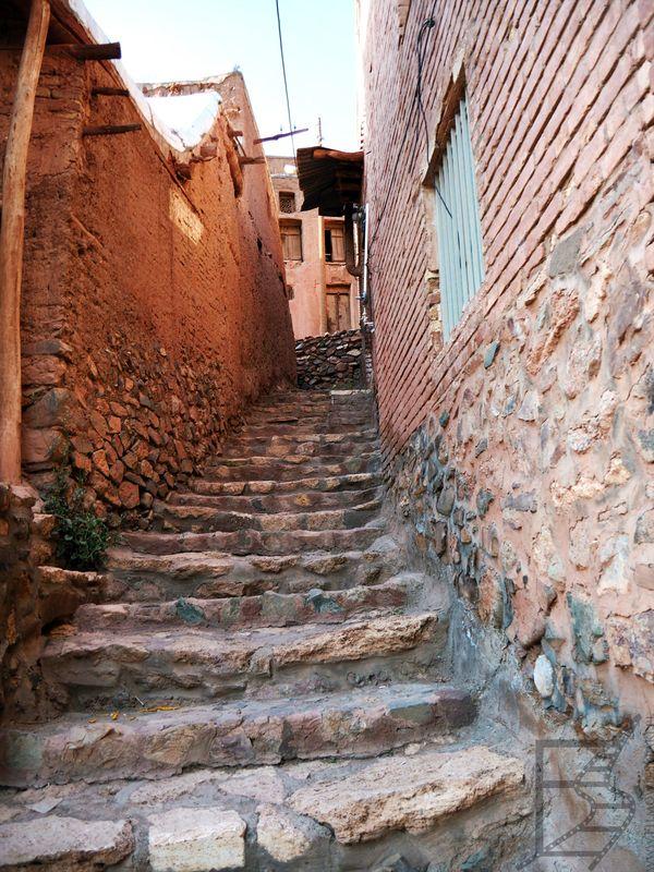 Wąskie uliczki w Abjane