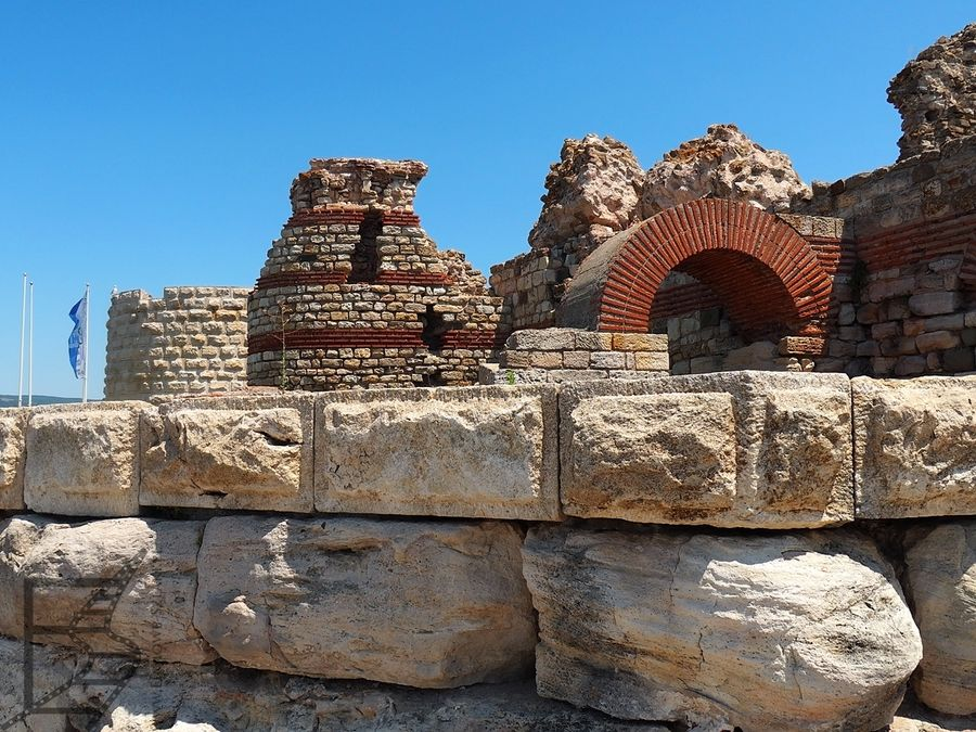 Resztki muru przy wejściu do Nesebyru