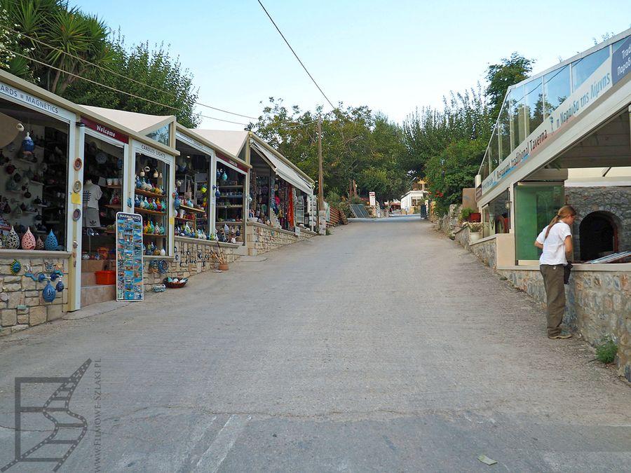 Dojście do jeziora przez sklepiki i restauracje