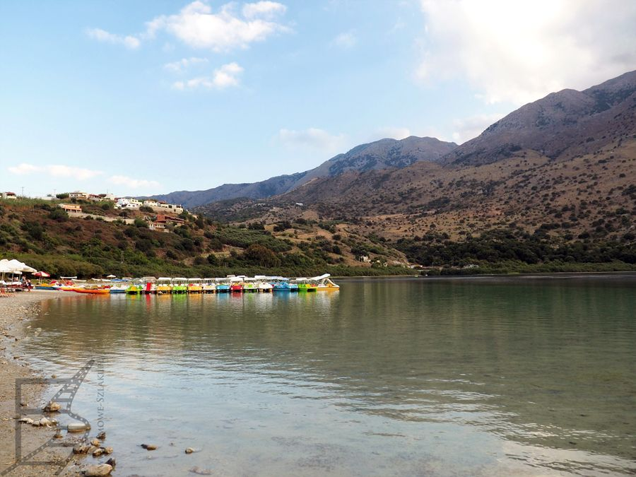 Jezioro Kournas ma infrastrukturę dla turystów. Można wynająć np. rowery wodne.