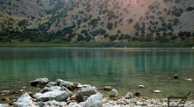 Jezioro Kournas, pośród gór Krety