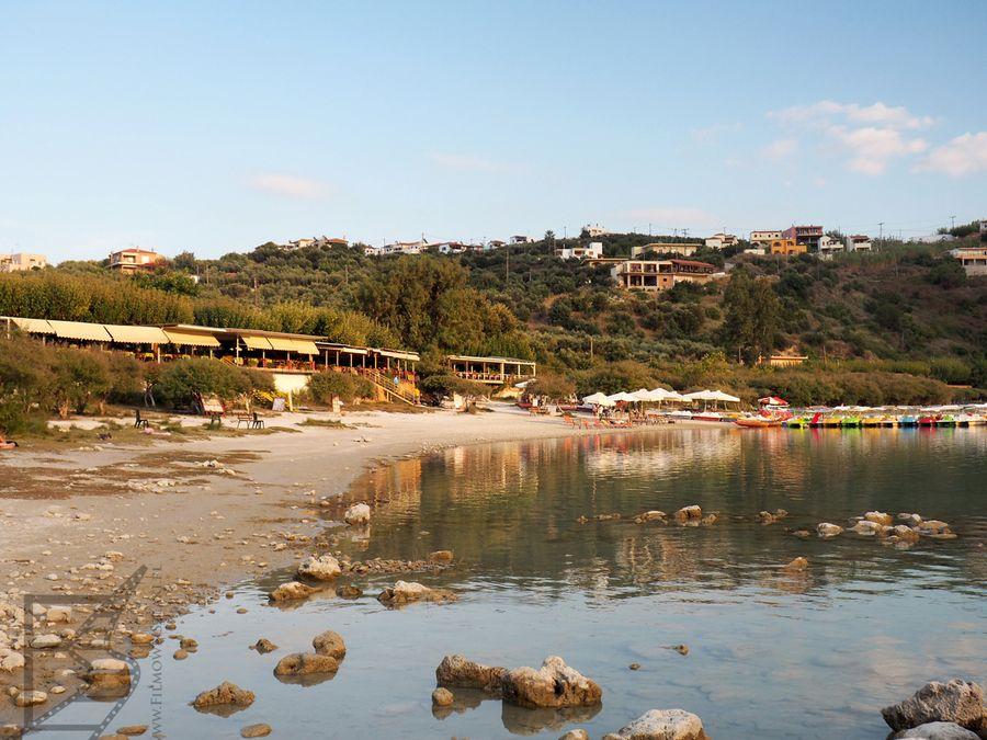 Plaża nad jeziorem Kournas (Kreta)