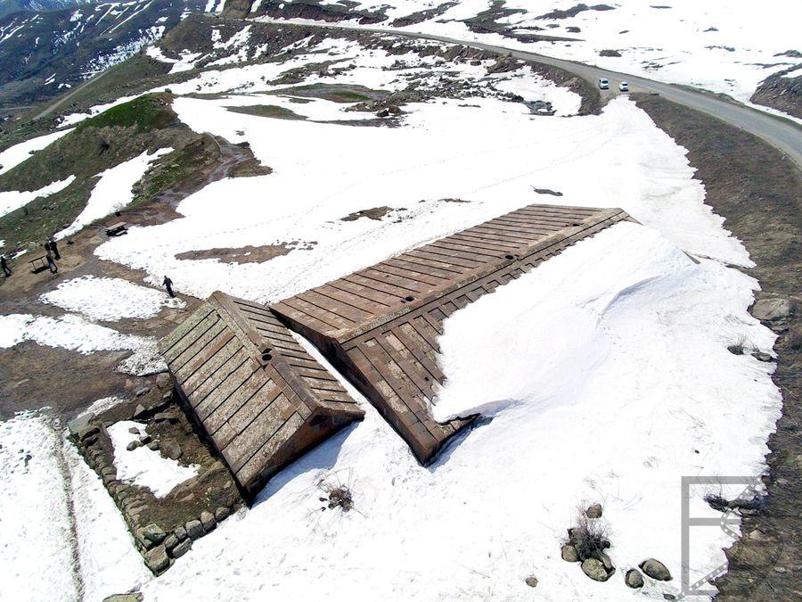 Przełęcz Sulema i karawanseraj Orbeliana widziany z góry