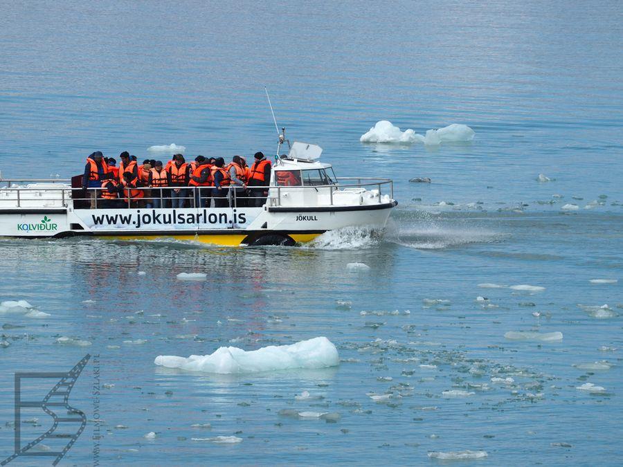 Rejs po lagunie lodowcowej. Wszyscy muszą mieć na sobie kapoki.