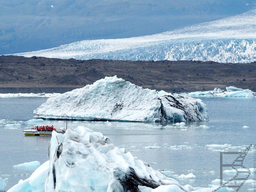 Jökulsárlón, a w tle lodowiec Vatnajökull.