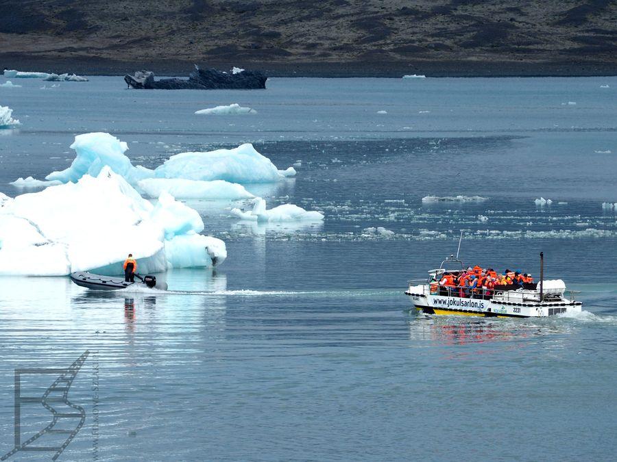 Za omijanie ukrytych części gór lodowych odpowiada ekipa na pontonach.