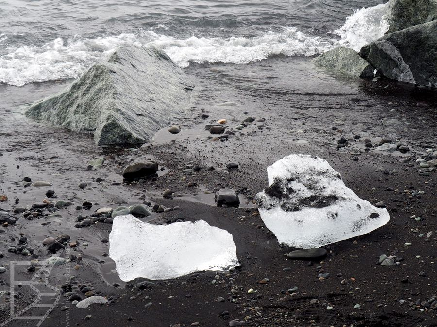 Diamentowa plaża. Nazwa pochodzi od kawałków lodu.