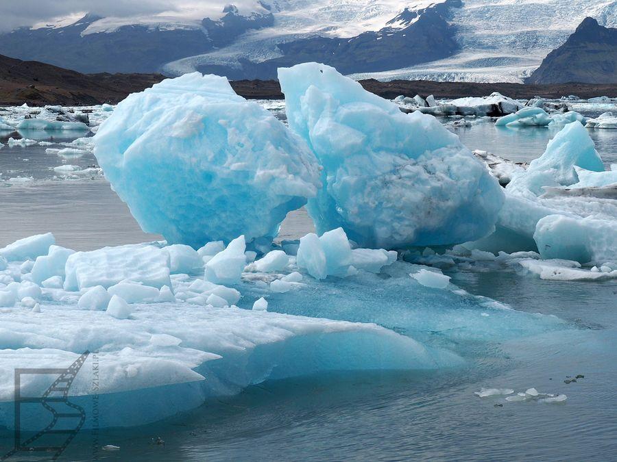 Niektóre fragmenty lodu mają niebieskawy kolor