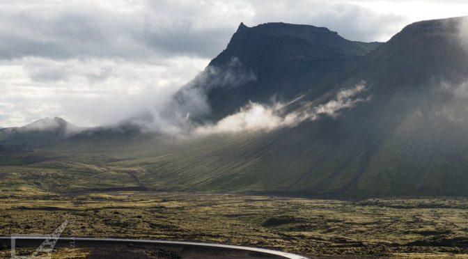 Wiele atrakcji znajduje się poza kręgami. Choćby malownicza droga do wulkanu Thrihnukagigur (Południowo-zachodnia Islandia).