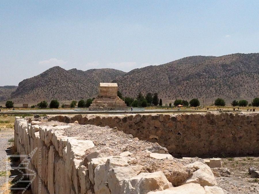 Stanowisko archeologiczne Pasargady i mauzoleum Cyrusa w oddali