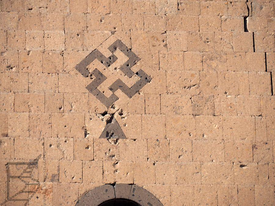 Zdobione pozostałości murów