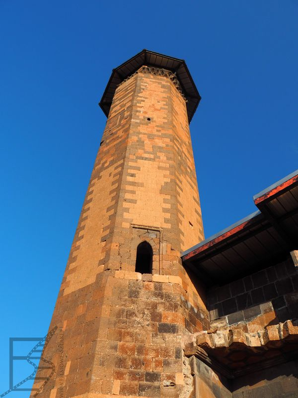 Minaret meczetu Menücehr (miasto Ani, Turcja)