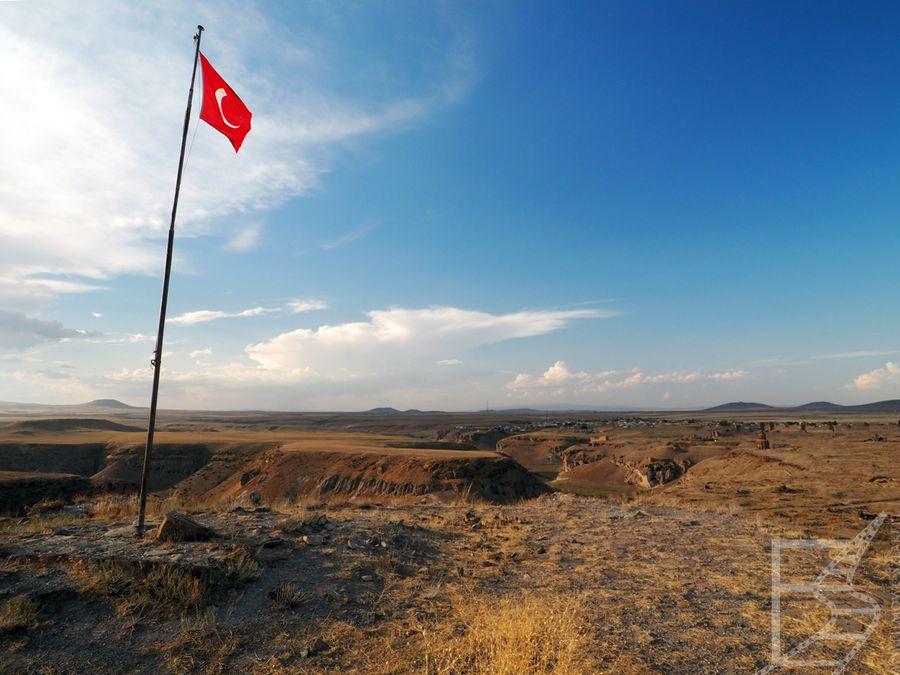 Flaga Turcji na szczycie cytadeli w Ani