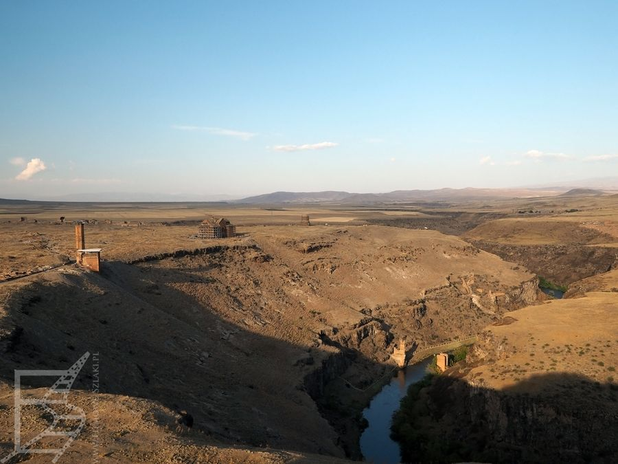 Rzeka rozdziela Turcję i Armenię