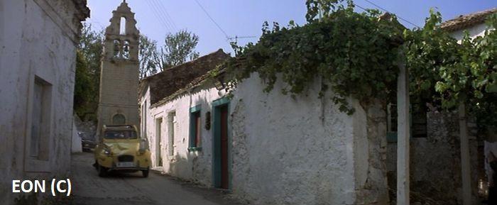 """Kościół w wiosce Pagi na Korfu był tłem pościgu w """"Tylko dla twoich oczu"""". James Bond uciekał żółtym Citroënem."""