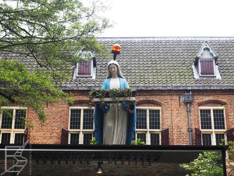 Niecodzienna instalacja w katedrze katolickiej (Utrecht, Niderlandy)