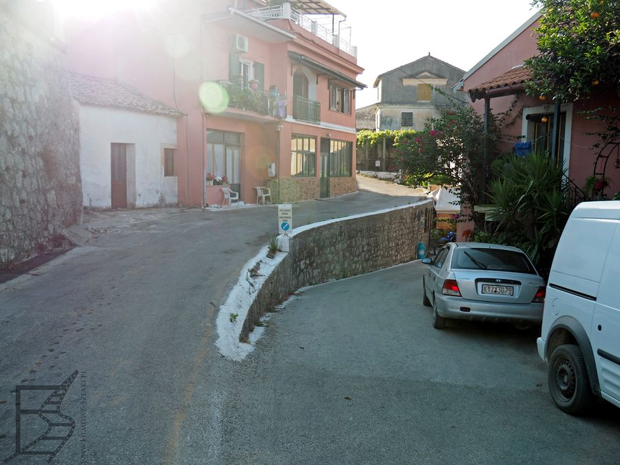 Wąskie uliczki Pagi na Korfu
