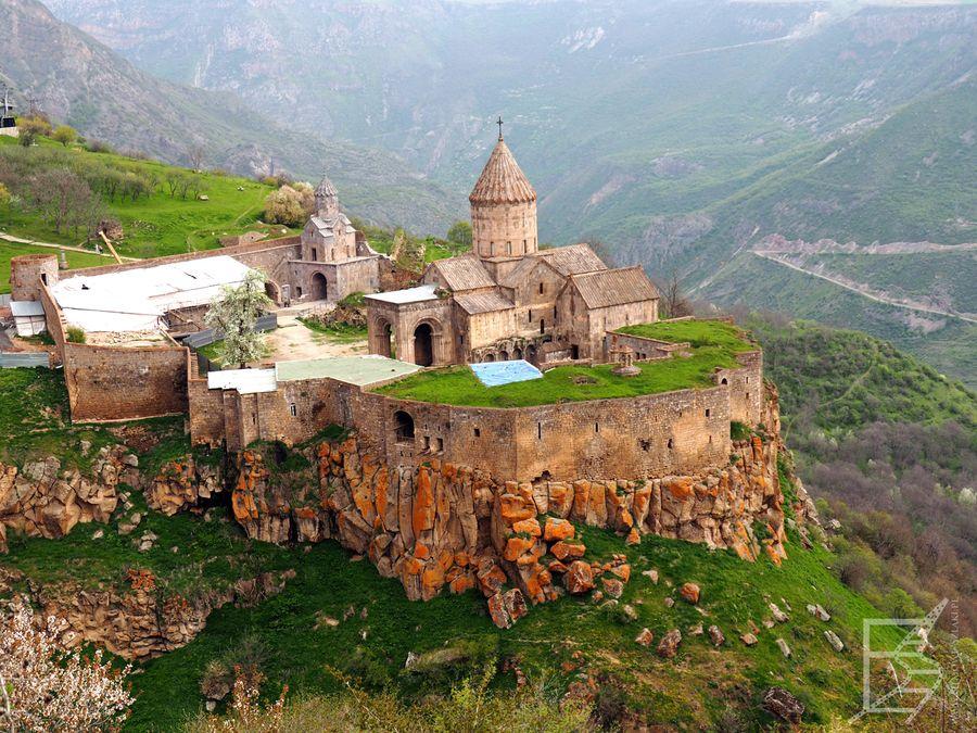 Klasztor z oddali