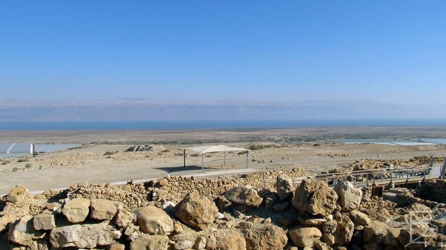 Kumran, w tle morze Martwe